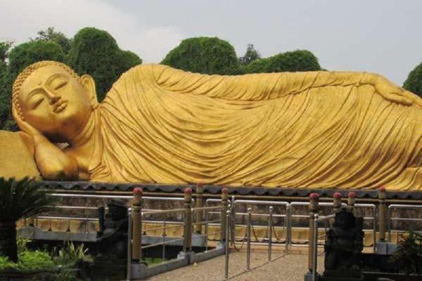 Patung Budha Tidur Maha Vihara