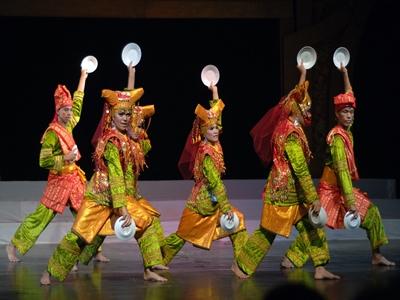 Sumatra Barat-tarian-yang-merupakan-karakteristik-tradisional-seni3