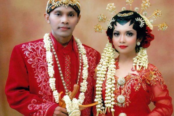 pakaian-adat-jawa-jadi-tren-bagi-pasangan-pengantin